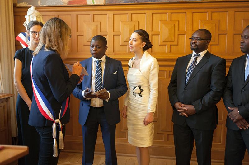 photo salle des mariages de Lille couple témoins et adjointe au maire