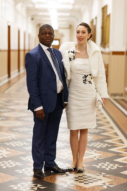 Les mariés dans les couloirs de la mairie de Lille