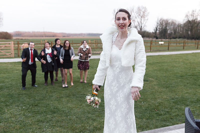 Avant le lancer du bouquet de la mariée