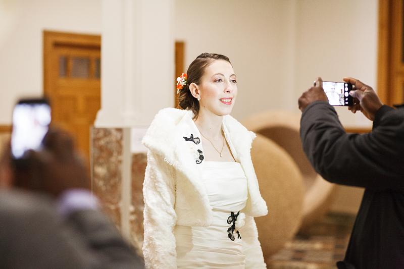 La mariée photographiée dans les couloirs de la mairie