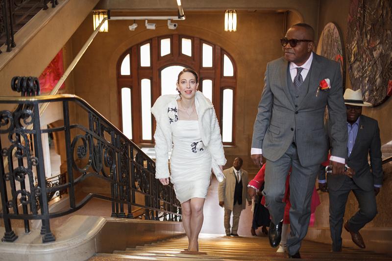 Photographe mariage Nord - la mariée monte les escaliers de la mairie de Lille