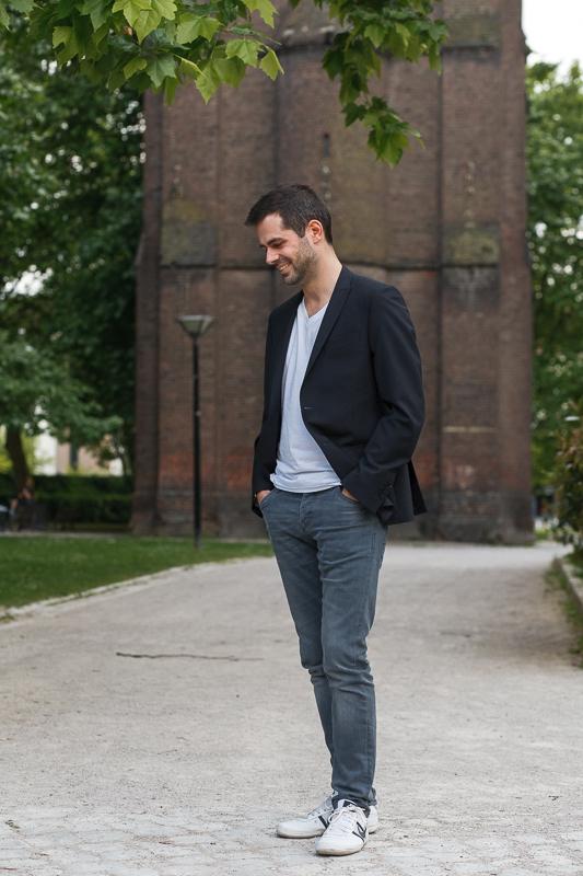 Portrait en pied homme seul dans un parc urbain