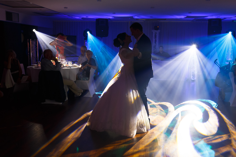 Soirée dansante jeu de lumière photographe mariage La Motte Fénelon