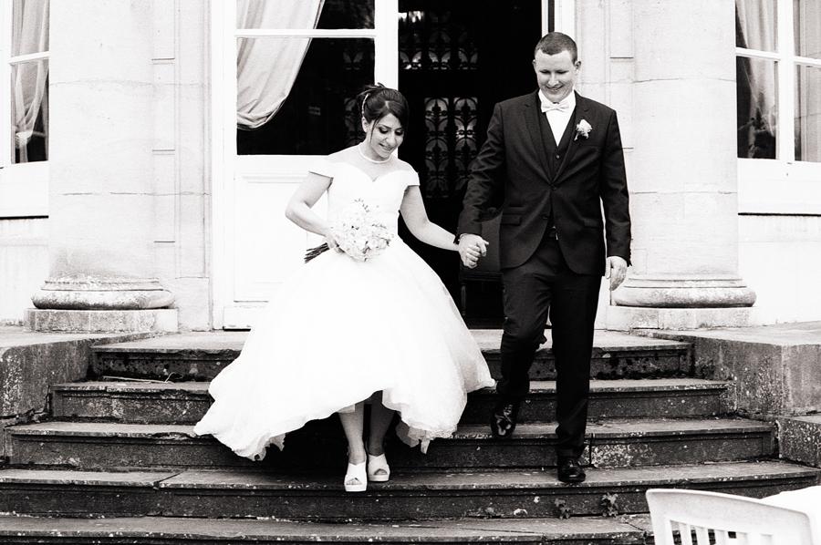 mariés sur le perron La Motte Fénelon mariage au château