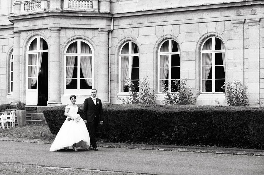 Sortie des mariés à l'arrière du château en route pour une soirée festive