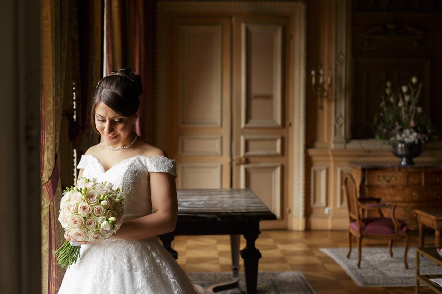 La mariée pensive dans l'un des salons du Château de La Motte Fénelon