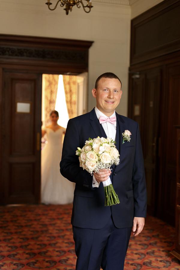 Remise du bouquet couloirs chateau Fenelon Cambrai Photographe mariage