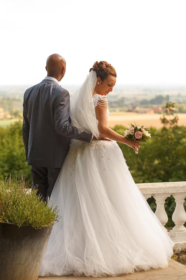 couple de mariés de dos vue sur Heuvelland photographe mariage Mont Noir Belgique proche Lille