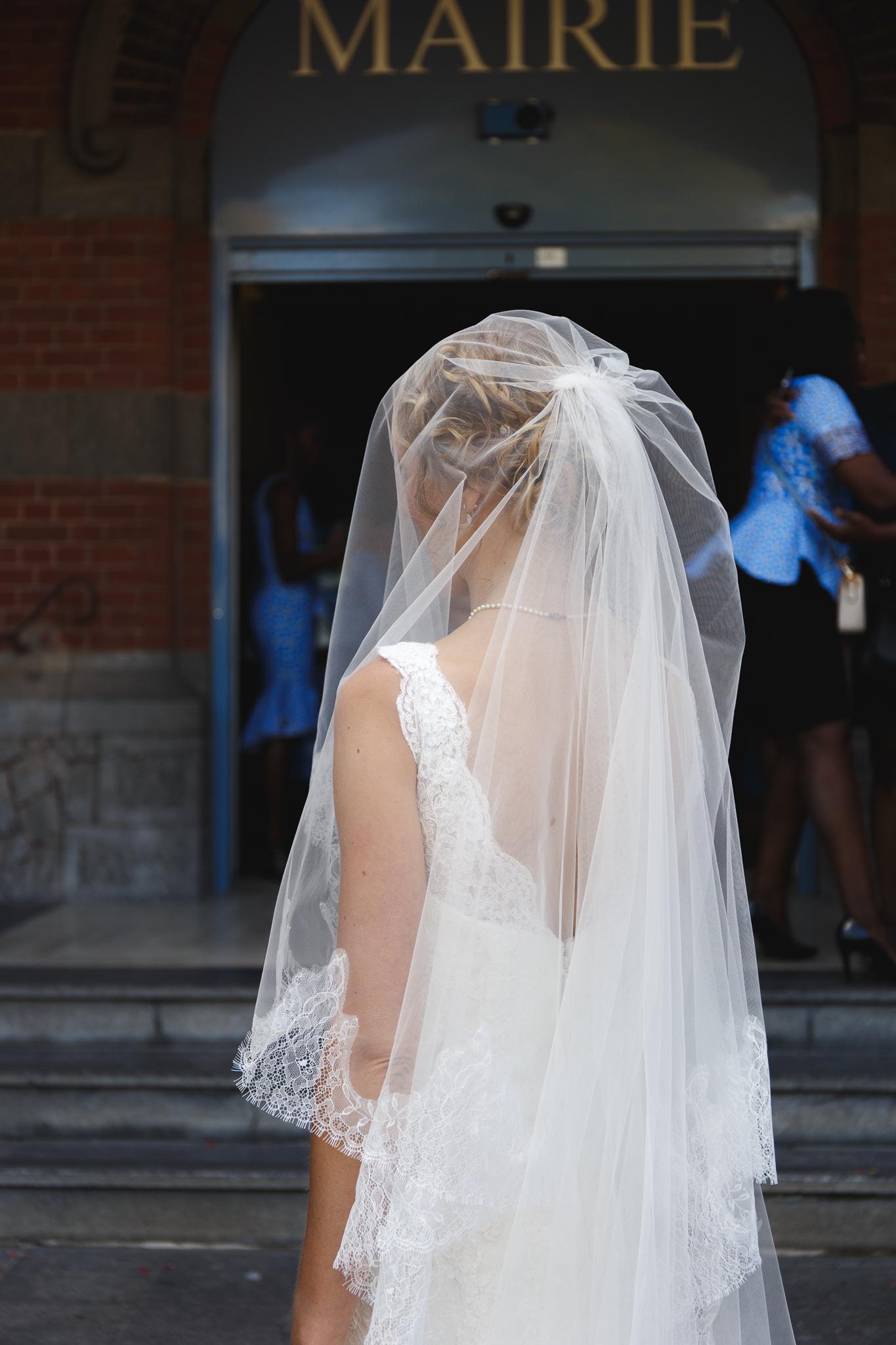 mariée avec voile de dos devant mairie La Madeleine photographe mariage Lille Nord Hauts de France