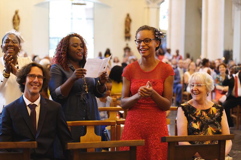 mariage-église-La-Madeleine-Lille-invités-chantent-Gospel---photographe-mariage-Wambrechies-Verlinghem-Nord