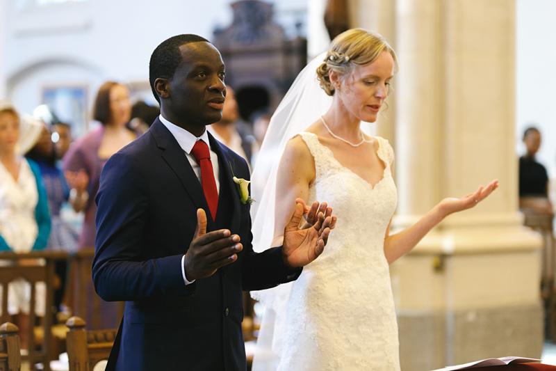 mariage-église-La-Madeleine-Lille-mariés-pendant-prière-cérémonie-religieuse---photographe-mariage-Wambrechies-Verlinghem-Nord-Hauts-de-France