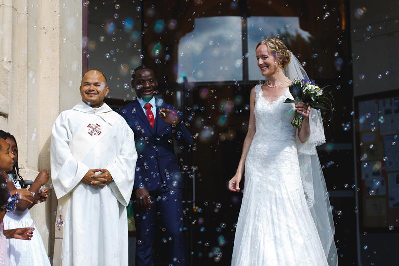mariage-église-La-Madeleine-Lille-sortie-du-couple-bulles-de-savon--photographe-mariage-Wambrechies-Verlinghem-Nord-Hauts-de-France