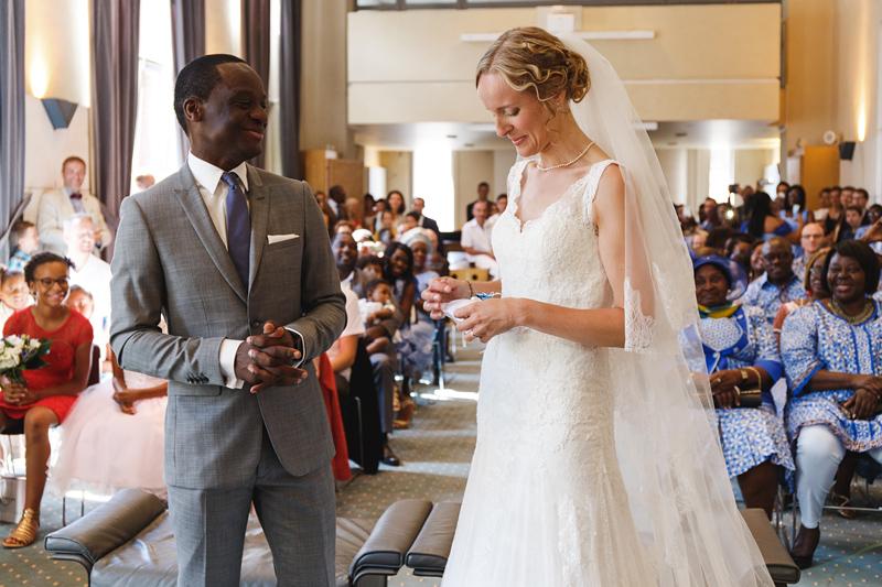 mariage-Lille-rire-pendant-cérémonie-civile--reportage-photo-mariage-Verlinghem-Wambrechies-Lille-Nord