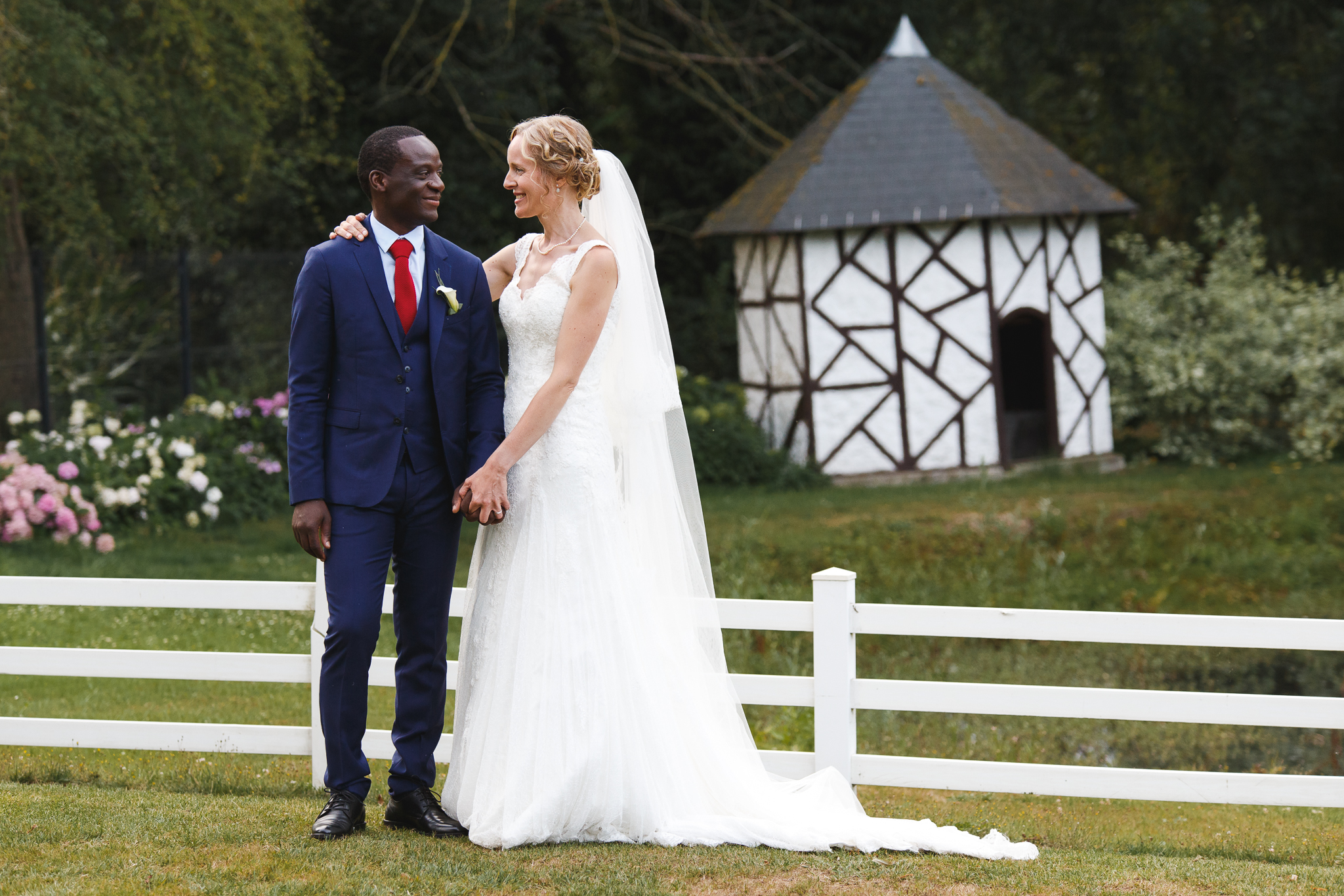 Portrait couple marié. Photographie d'un mariage d'été au Domaine de La Chanterelle à Verlinghem.