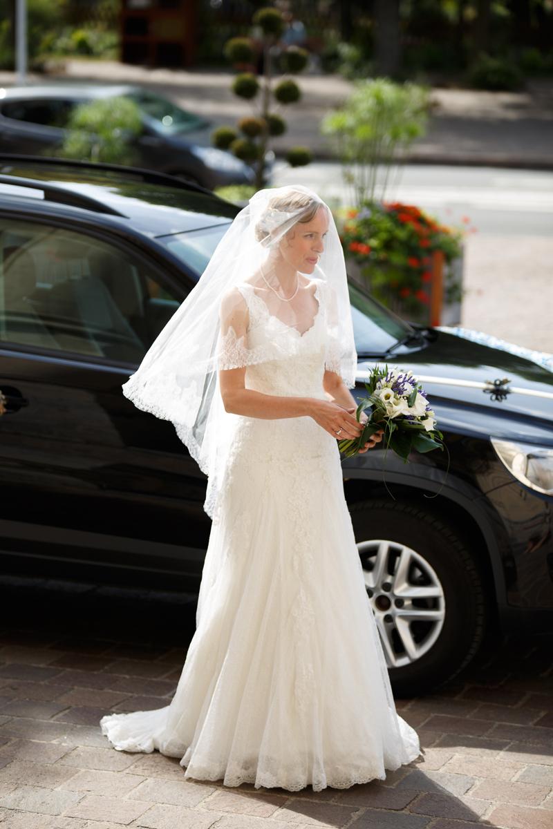 Arrivée de la mariée robe blanche et voile devant l'hôtel de ville de La Madeleine. Photos de mariage mairie église Nord.