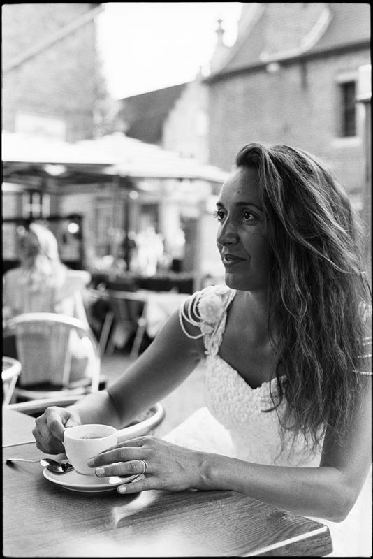 Day After à Bruges pause café de la mariée photographe portrait noir et blanc Nord Lille Flandre Hauts de France
