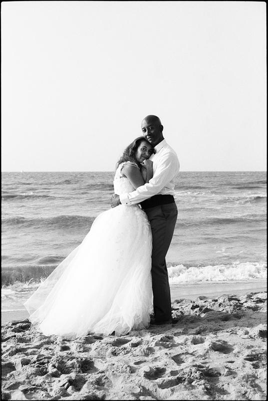 Day After à la plage côte belge De Haan portrait couple mariés photographe mariage noir et blanc Nord Hauts de France Belgique