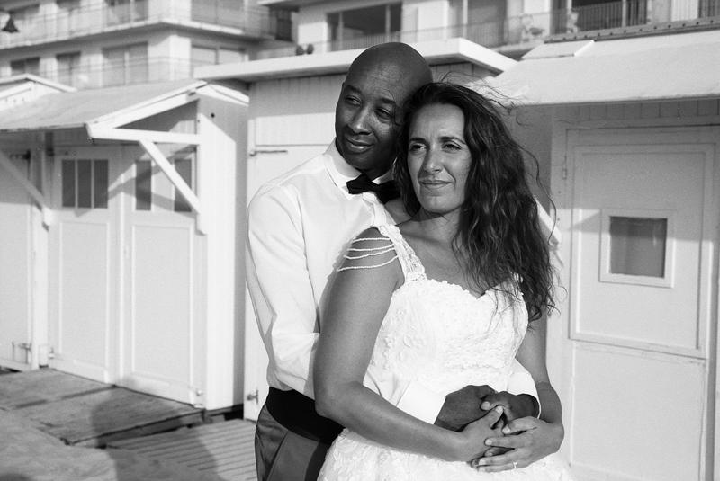 Day After romantique De Haan Belgique amoureux devant cabines photo noir et blanc photographe mariage Wambrechies Lille Nord côte flamande