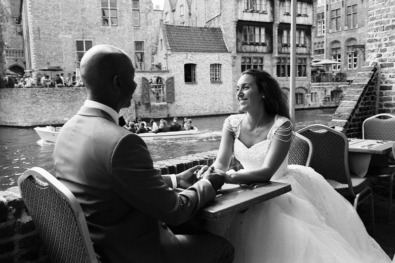 pause café entre amoureux Bruges Brugge Belgique photo couple noir et blanc Fred Laurent photographe mariage Nord Lille Belgique