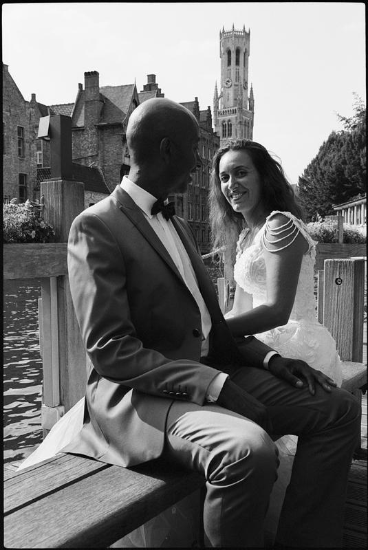 portrait noir et blanc mariés After Day à Bruges Belgique photographe mariage couple Wambrechies Lille Nord