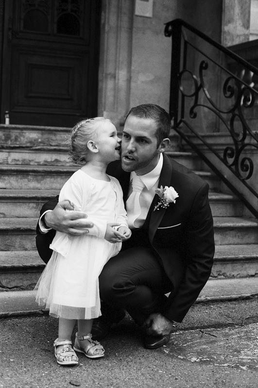 Image à la Doisneau. Les petits moments de bonheur avec un style d'image à l'ancienne. Le mariée et la petite demoiselle.
