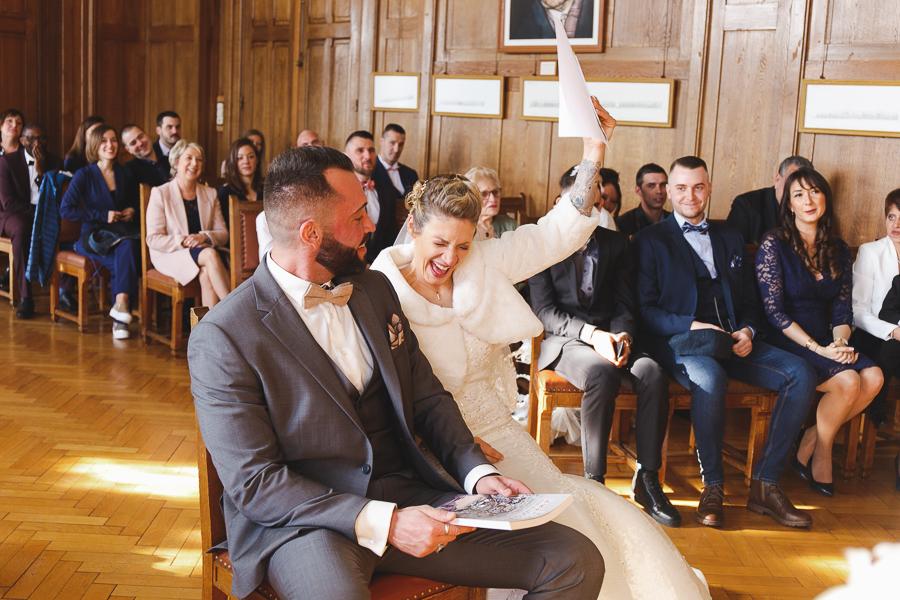 cérémonie civile Bailleul-éclat de joie de la mariée-photographe mariage Nord Flandres Steenwerck Lille Hauts de France