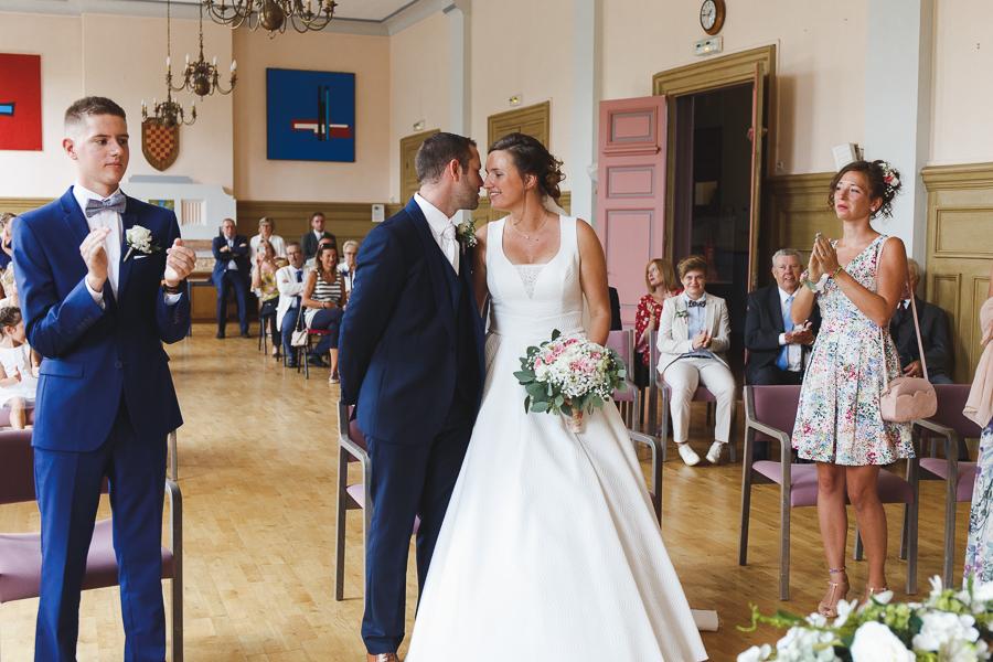 cérémonie civile mariés et invités mairie Quesnoy sur Deûle applaudissements bisou photographe mariage Nord Lille Wambrechies