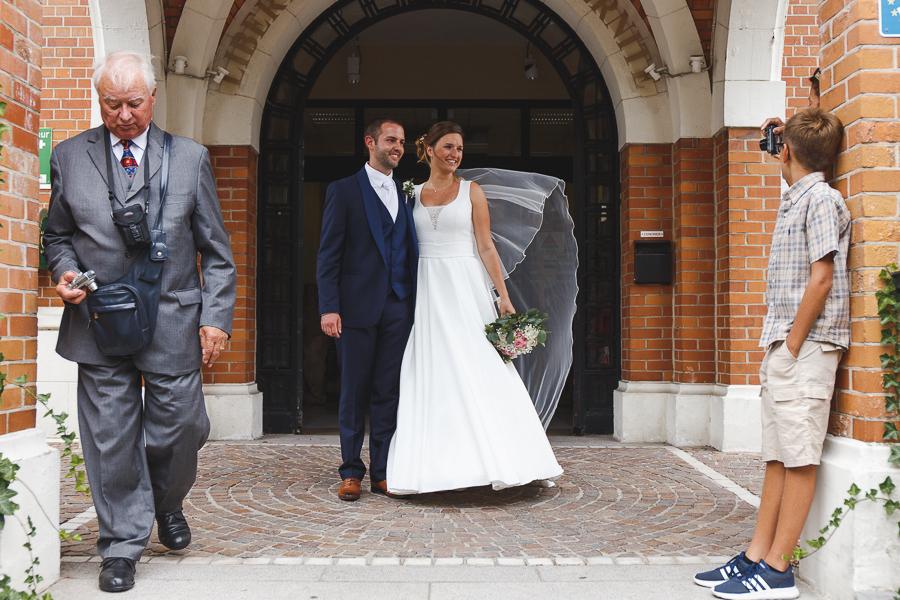 cérémonie civile mariage Quesnoy sur Deûle sortie de la mairie photographe mariage Nord Lille Hauts de France