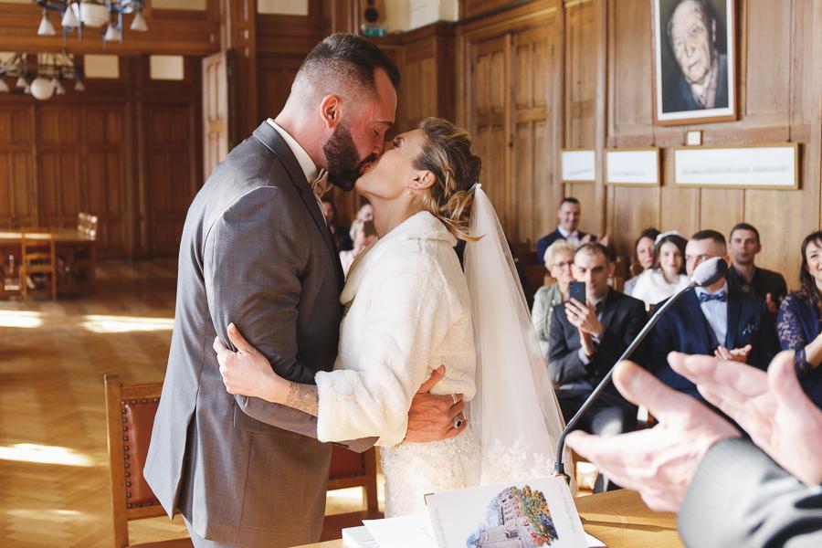 cérémonie mairie Bailleul-bisou des mariés-photographe mariage Nord Pas de Calais Lille Hauts de France Armentières