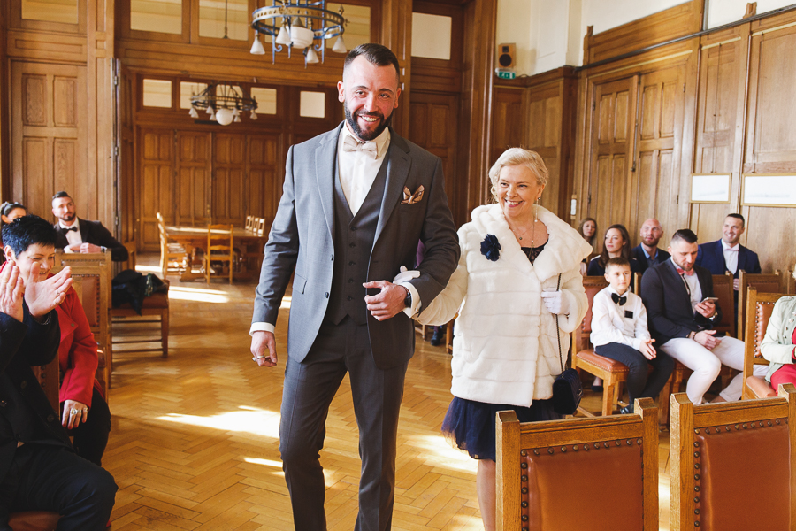 cérémonie mairie Bailleul-entrée futur marié et mère-photographe mariage Nord Lille Hauts de France