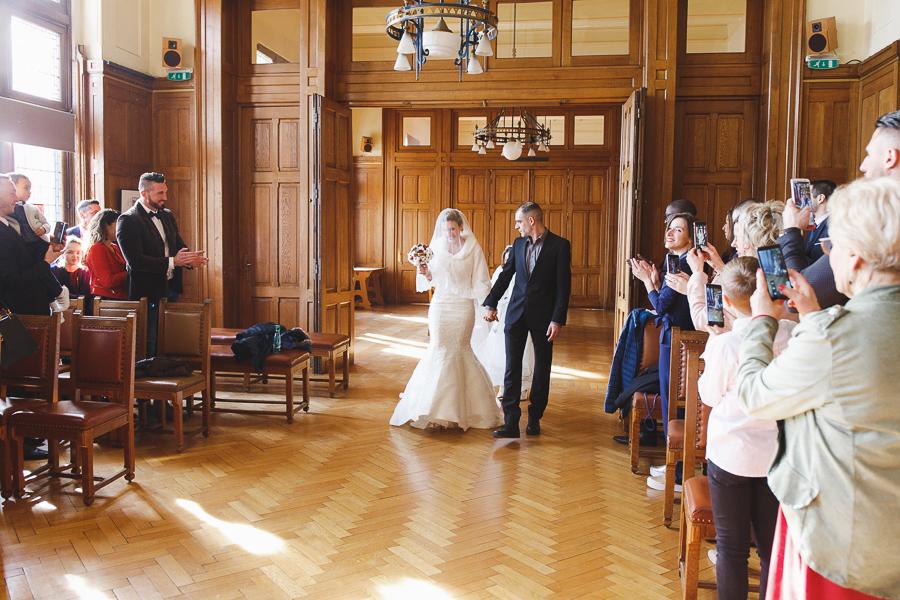 cérémonie mairie Bailleul-entrée futur mariée et frère-photographe mariage Nord Lille Hauts de France Armentières