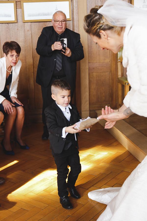 cérémonie mairie Nord-garçon d'honneur remet coussin avec alliances à la mariée-photographe mariage Bailleul Steenwerck Lille Hauts de France