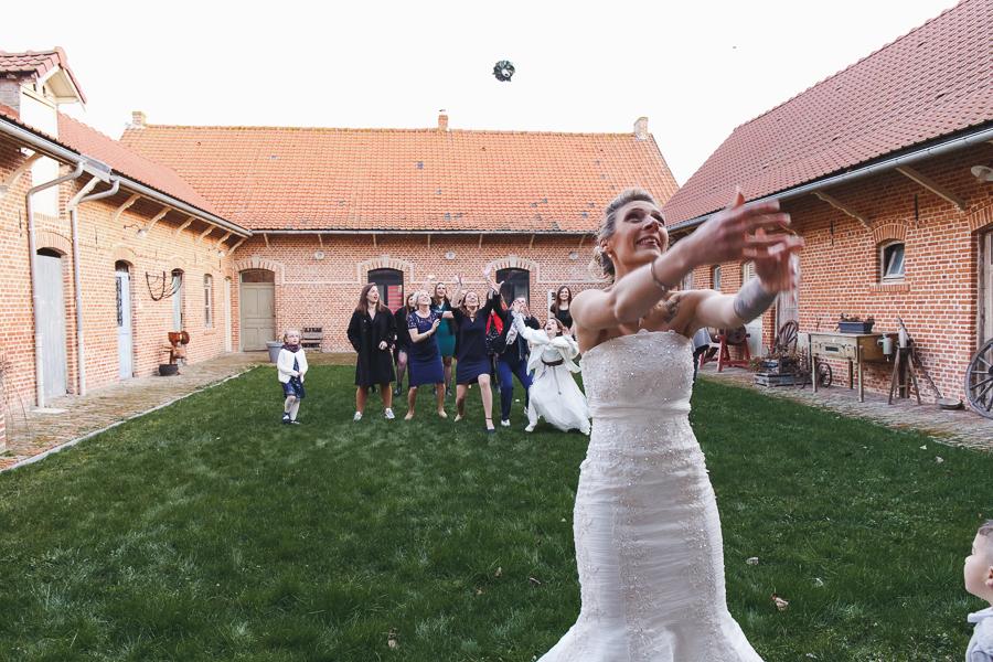 lancer du bouquet de la mariée cour corps de ferme brique flamande Nord Steenwerck-photographe mariage Bailleul
