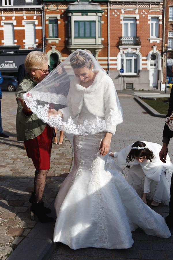 mariée en robe princesse avec voile et boléro-photographe mariage d'hiver Bailleul Nord Lille
