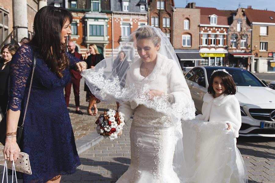 mariée en robe princesse avec voile et boléro-photographe mariage hivernal Bailleul Nord Lille
