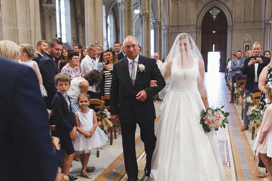 mariage église Quesnoy-sur-Deûle entrée mariée et père photographe mariage Nord Lille Hauts de France