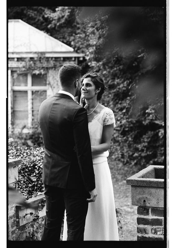 photos de couple marié en noir et blanc argentique à Lille et Hauts de France. Séance photo au parc du château de Cysoing.