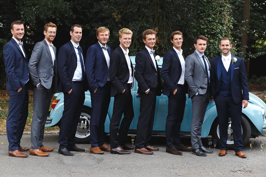 photo de groupe marié et amis devant coccinelle ancienne bleue photographe mariage château Fenelon Cambrai