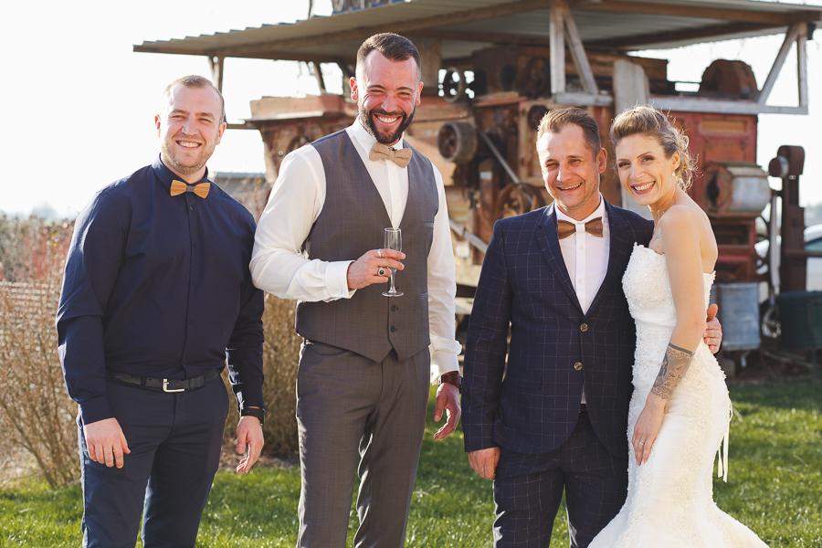 photo de groupe mariage à la campagne Steenwerck Nord-mariés et invités devant machine agricole-photographe mariage Lille et Flandres