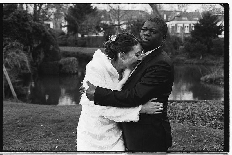 regards complices ou les éclats de rire des mariés en noir et blanc argentique