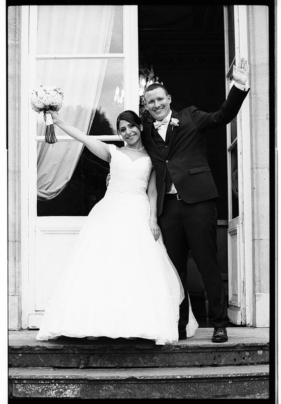 Photos de mariage en noir et blanc argentique à la sortie du château.