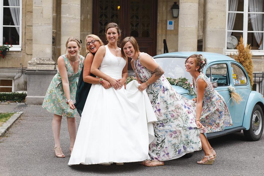 portrait mariée et amies devant coccinelle ancienne château la Motte Fénélon Cambrai photographe mariage Cambrai Nord Pas de Calais Hauts-de-France