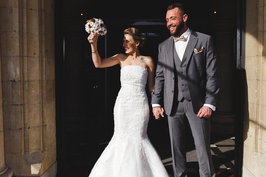 sortie mairie Bailleul sous le soleil hivernal-joie des mariés-photographe mariage professionnel Nord Lille Flandres Hauts de France