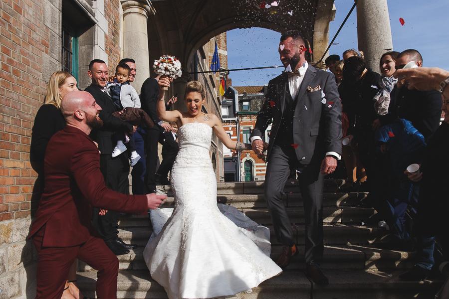 sortie mairie jeunes mariés sous le soleil-haie d'honneur et confettis-photographe mariage Bailleul Steenwerck Lille Flandres Hauts-de-France Nord