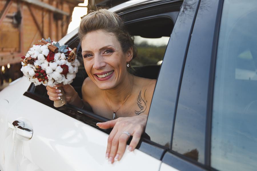 sourire de la mariée dans voiture-photographe mariage portrait Lille Nord Wambrechies Fred Laurent