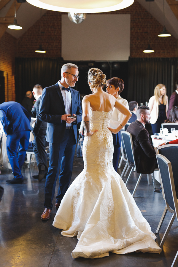 vin d'honneur Domaine des Contes Steenwerck mariée de dos-photographe mariage Lille Nord