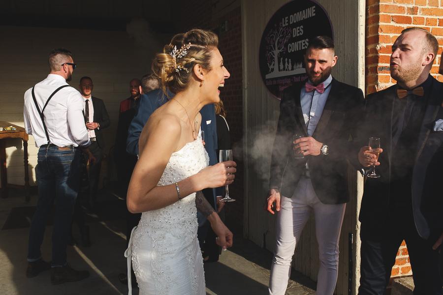 vin d'honneur Steenwerck réception au Domaine des Contes-éclat de rire mariée-photographe mariage Nord Lille Bailleul Armentières