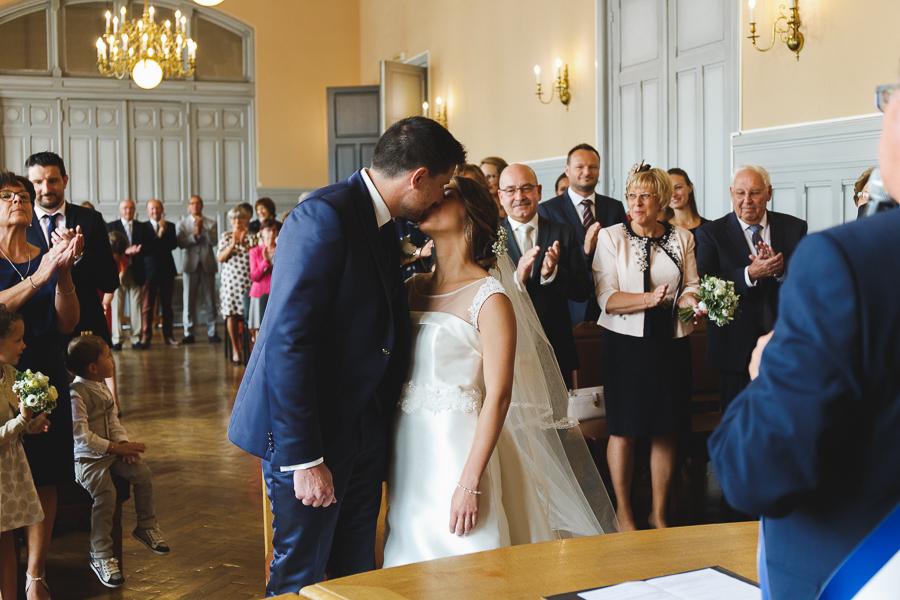 bisou des mariés cérémonie civile Comines Nord photographe mariage Lille Douai Arras