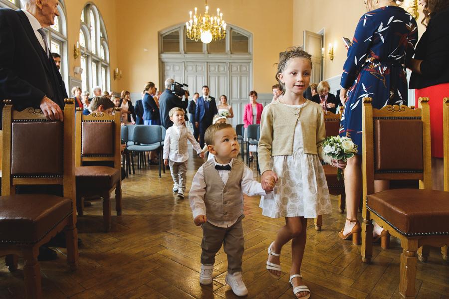 cérémonie mairie de Comines entrée des enfants d'honneur photographe mariage Nord Belgique Lille Flandres