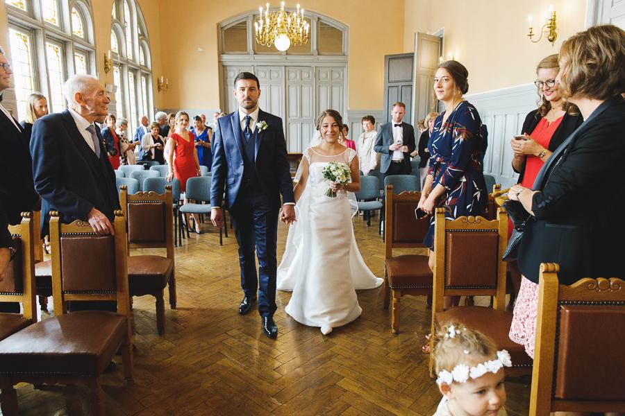 cérémonie mairie de Comines entrée des futurs mariés photographe mariage Nord Belgique Lille